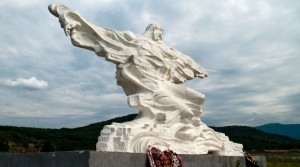 Памятник погибшим под ледником Колка